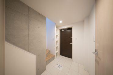玄関はフラットなストーンタイルで、広々としたつくり。