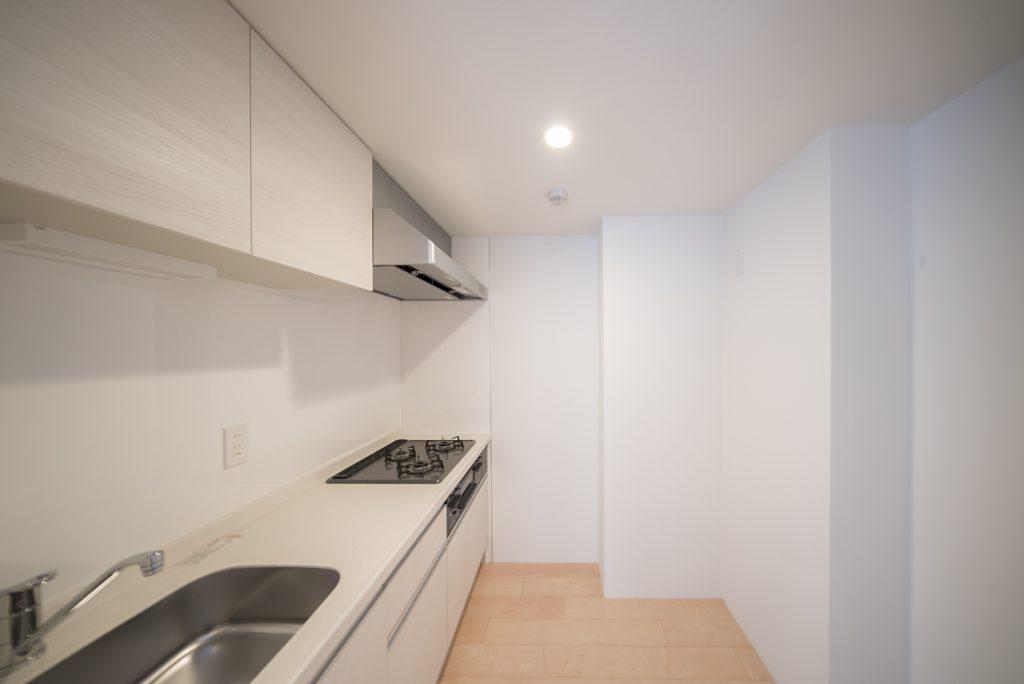 キッチンは個室になっています。冷蔵庫はもちろん、食器棚も置けるほどの広さ!