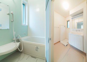 広めの洗面台と清潔感のあるお風呂(風呂)
