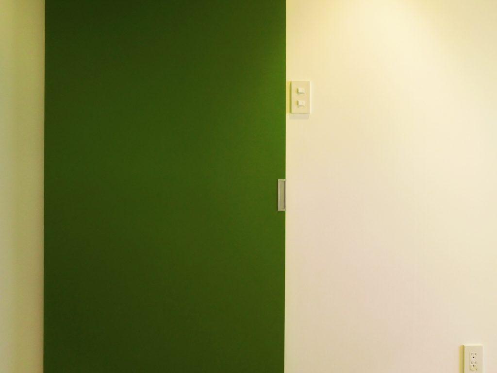 緑の扉、いいアクセント。この先は水まわり。
