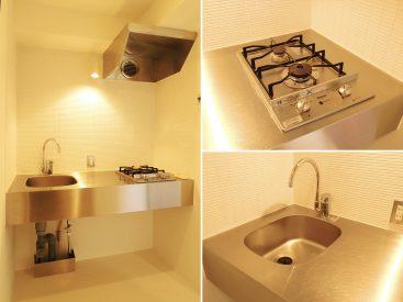 コンパクトのまとまったキッチン。ステンレスなのでお掃除しやすい。