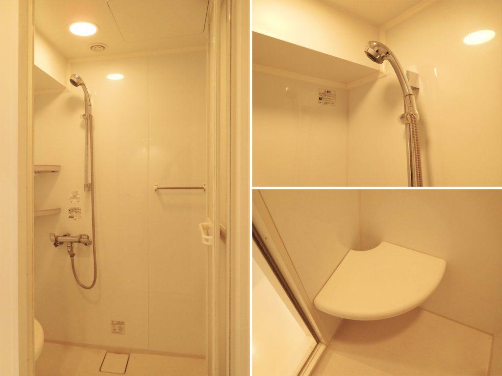 お風呂はシャワーのみ。角にあった棚のようなものは腰掛けでしょうか。