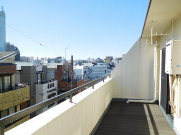 窓の外はこのバルコニーですよ。ウッドデッキの。景色最高。