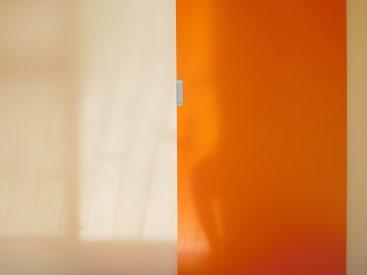 オレンジの扉。あたたかさの象徴です。