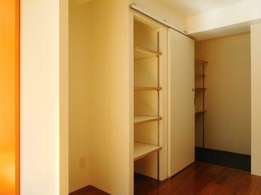 キッチンとの反面側は冷蔵庫スペースに、調理器具を置ける収納棚。