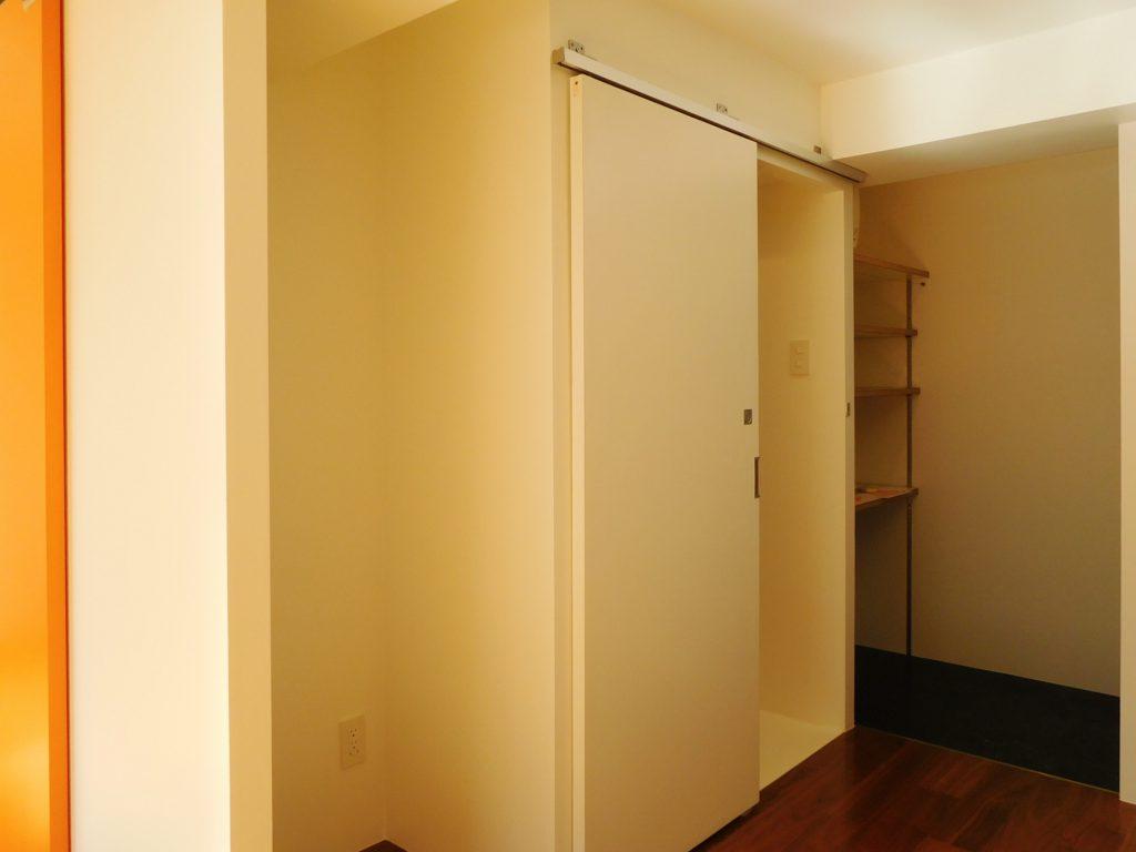 さらに、その右側の扉。 こっちも収納なのかなーと思いきや。