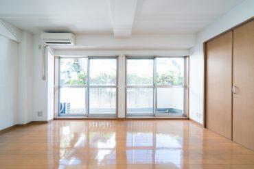 このお部屋の魅力、大きな窓。