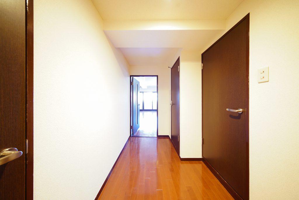 玄関上がって左が洋室、右がバスとトイレ。