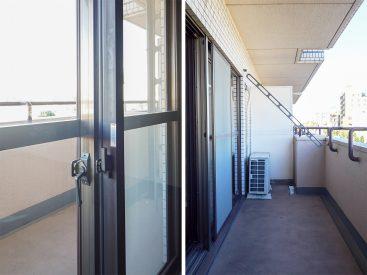 二重窓と広めのベランダ。