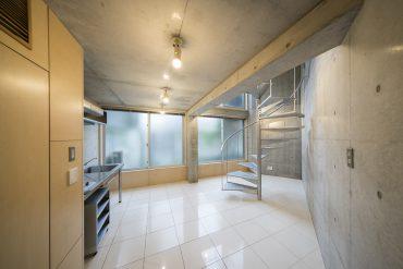 1階は9.9帖のリビングダイニングキッチン。RC打ちっぱなしと木材の内装が見応えあり。