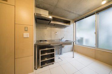 ステンレスのキッチンはデザイン的にもよく、お部屋の雰囲気にマッチ。