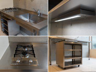 2口ガスコンロ、可動式の収納のあるキッチン。