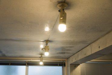 照明はスポットライトをメインに配置。