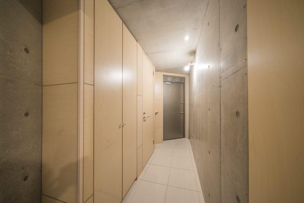 玄関先。たっぷり入るシューズボックスと、実は実はトイレがここに。