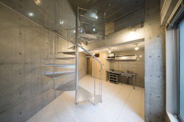 この部屋最大の象徴、美しいらせん階段。