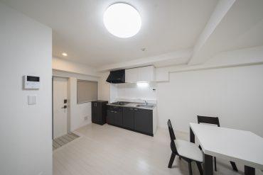 玄関からすぐ居室が広がるので、家具などでうま〜く空間を仕切って。