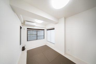 洋室は約6帖。3面採光でこっちの方が日当たりはよさそう。
