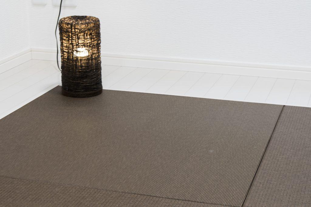 床には縁のない琉球畳が。カラーもブラウンでモダンな雰囲気。
