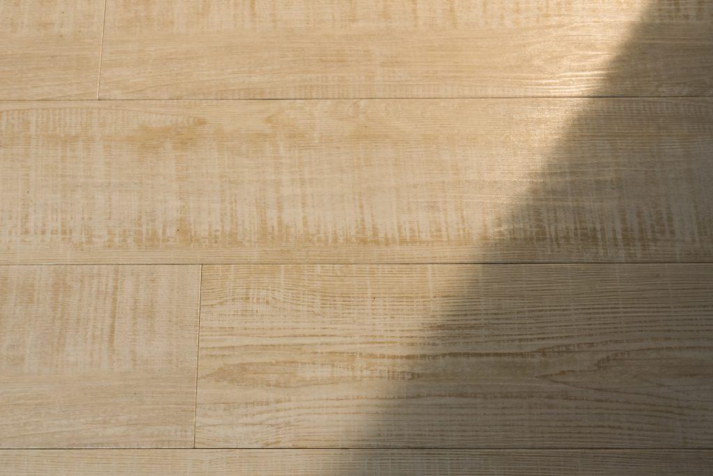 床は木目の触り心地があるフローリング。素足で歩くと気持ちいい。