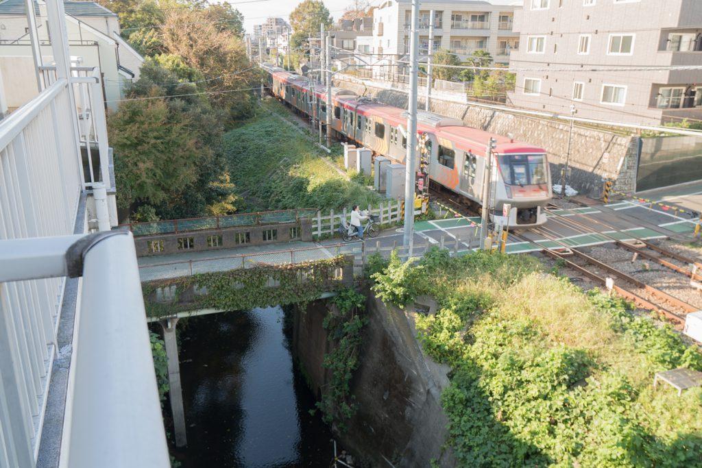 玄関先からは川と線路が望めます。