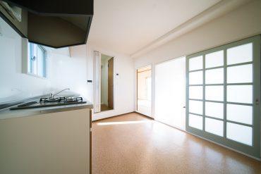 洋室とキッチンの仕切るのは光を通すガラスの引き戸。
