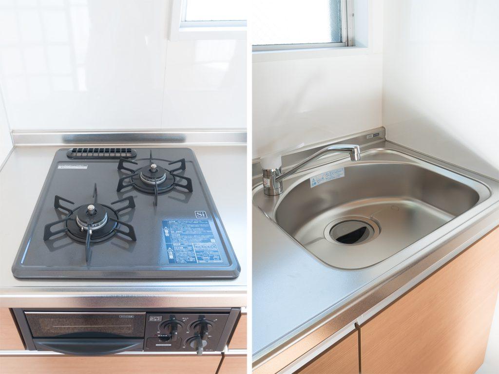 キッチン設備。2口コンロはグリル付き。