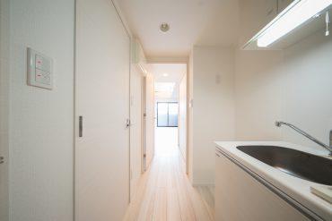 玄関からの眺め。ホワイトですっきりした印象。