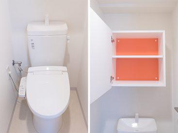 トイレにも収納が。アクセントカラーがすてきです。