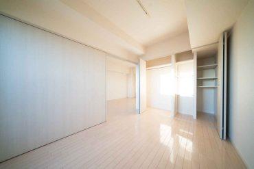 洋室は細かく仕切られたクローゼット付き。