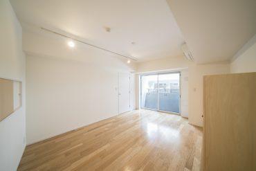 窓ひとつでシンプルなつくりは、家具の置き方でいろいろ模様替えが楽しめる。