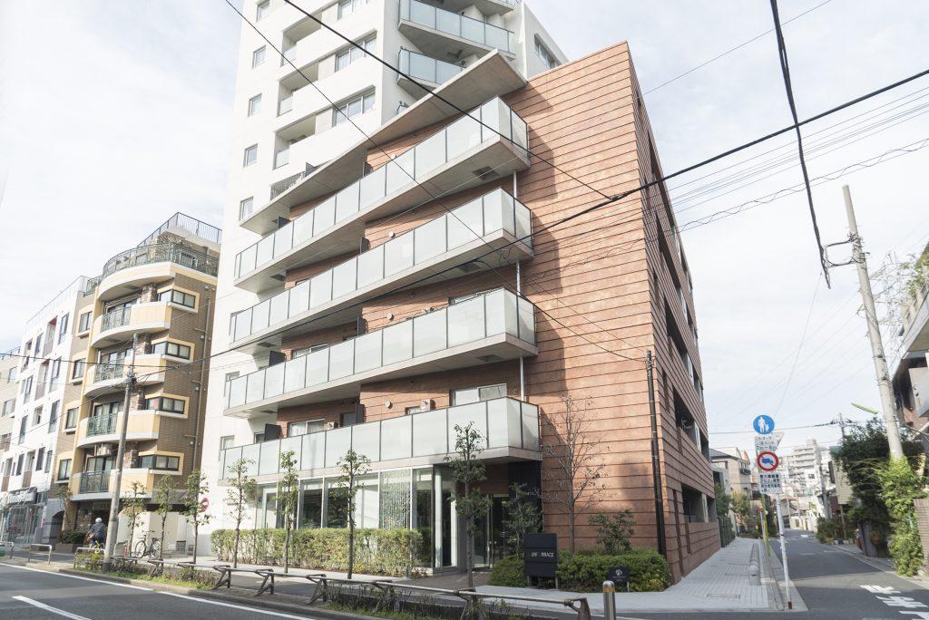 駒留通り沿いに立つ一風変わった形のマンションです。
