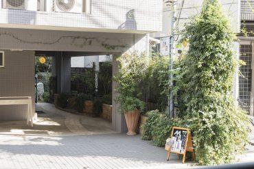 マンションのすぐ隣には、洋服屋さんM2(EMUNI)があります。