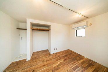 床には丈夫なアカシア、天井や壁はホワイトでまとめています。
