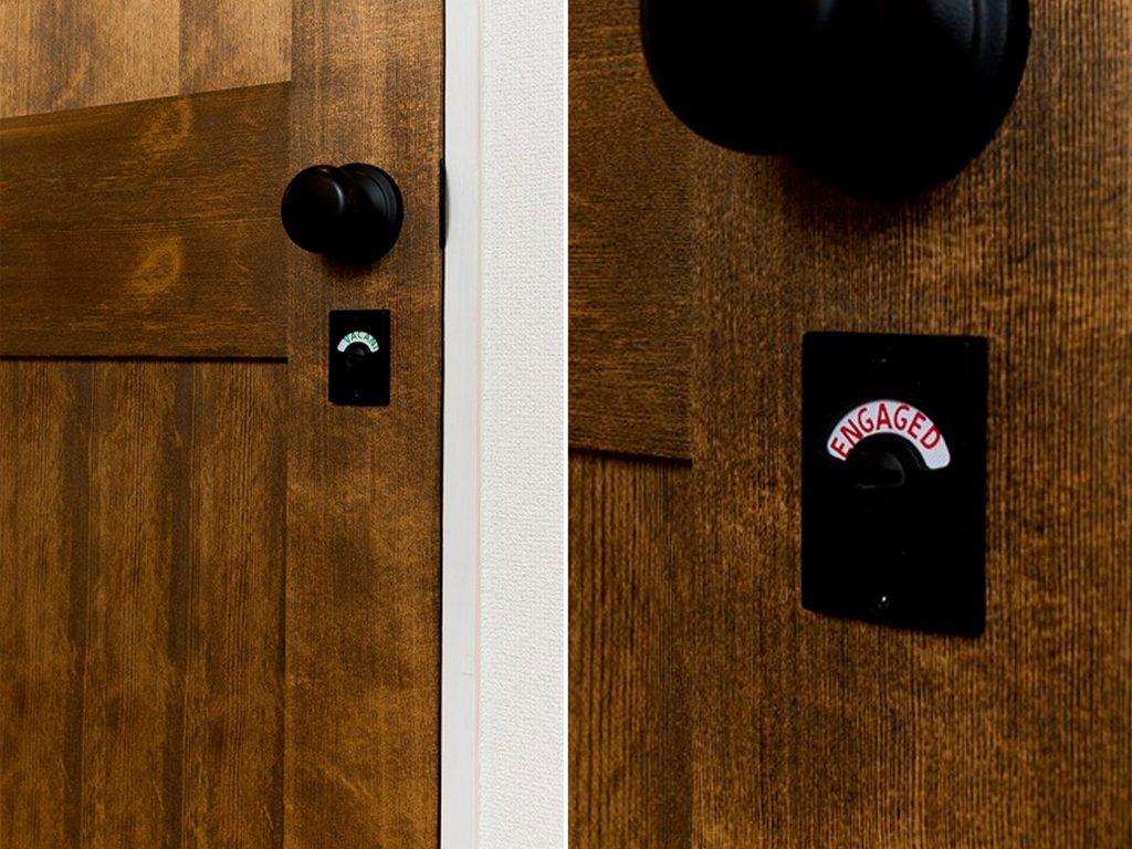 水まわりの扉も無垢材で、遊びごころのあるデザイン。