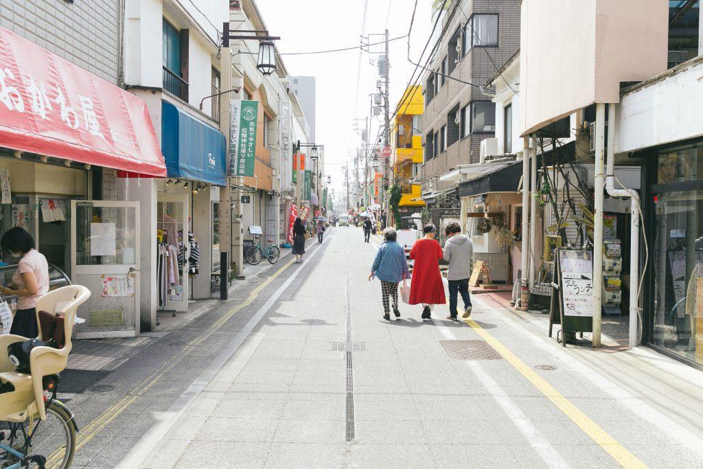 松陰神社通り商店街までは歩いて1分足らず。