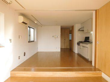 バルコニー側から見たお部屋の様子。段がお部屋を隔てます。
