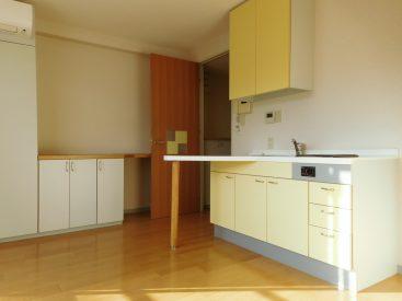 イエローのキッチンとたくさんの収納が特徴のお部屋。