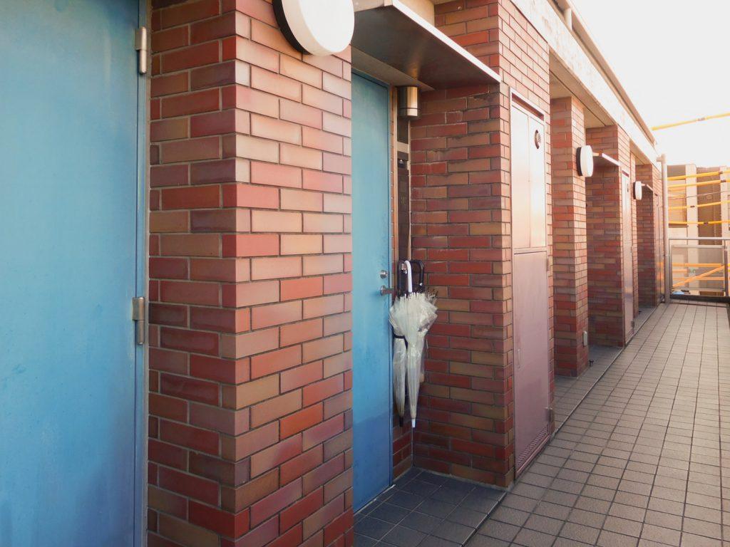 レッドのレンガとブルーのドアのコントラスト。