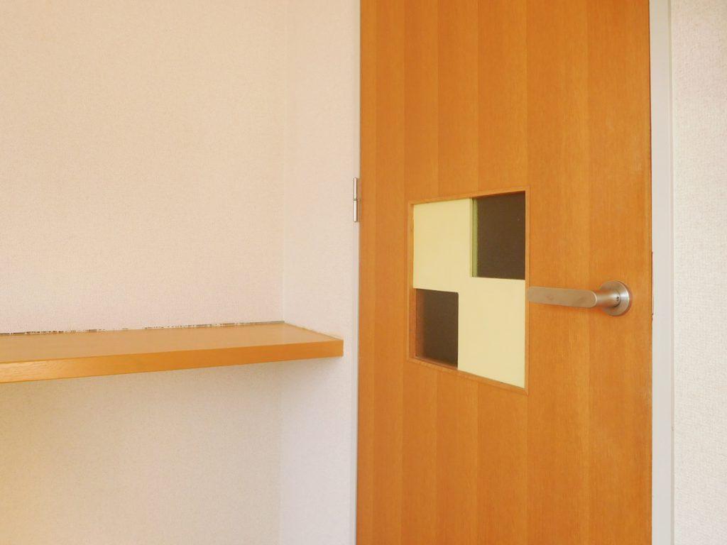 ドアの小窓がかわいいです。