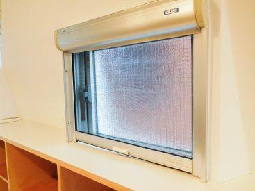 棚の上の窓・目の細かい網戸を下げられます(内装)