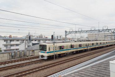 マンション共用部やバルコニーからは小田急線が眺められます。