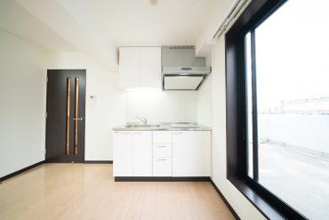 キッチンはコンパクト。冷蔵庫はドア横の配置になります。