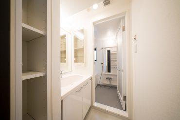 洗面とバスルーム。浴室には窓がついております。