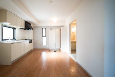 玄関を入ってすぐキッチン。窓がついていて気持のよい空間。