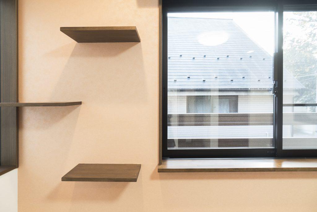 窓際のキャットステップ・ウォーク。