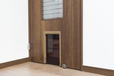 玄関と居室とをつなぐキャットドア。