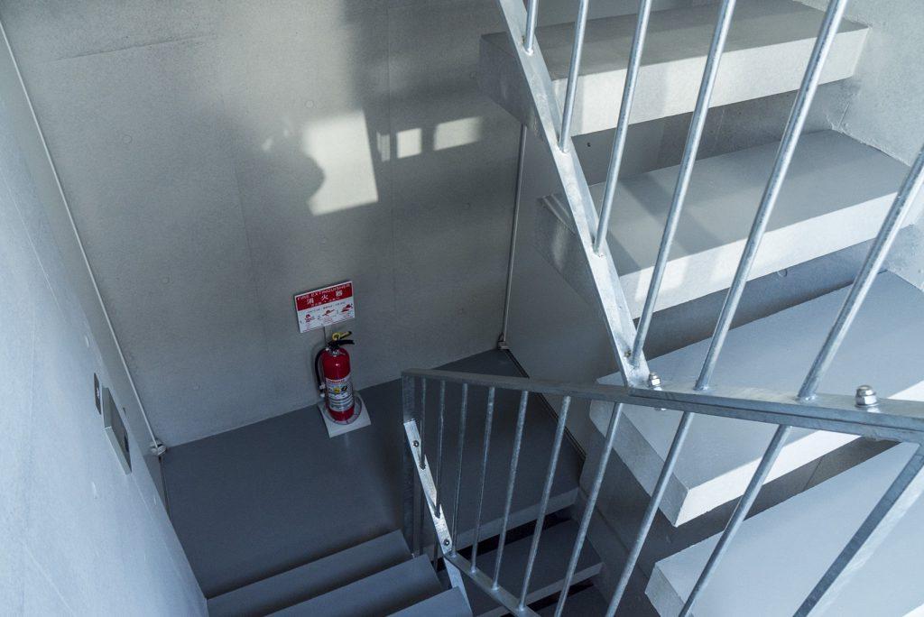 オートッロックを入って屋内階段です