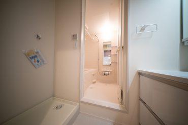 バスルームと洗面スペース。洗濯機はここに設置します。