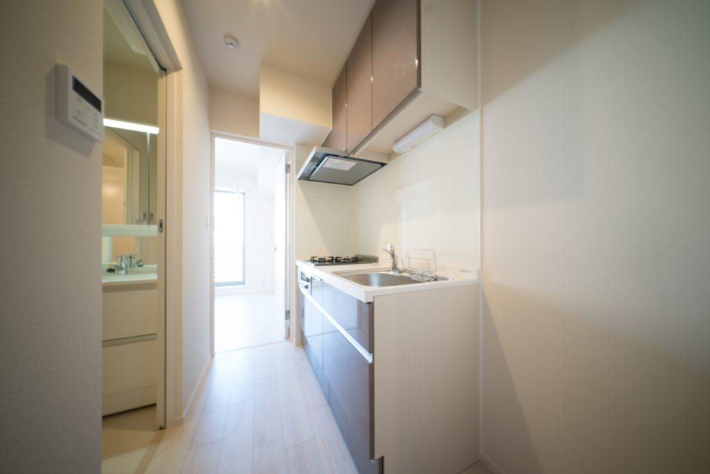 バスルームの向かいに、充実のキッチン。