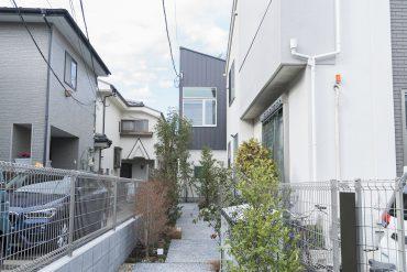 住宅街の中、落ち着きを持ちながらも、ひときわ目を引く建物。